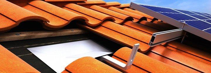Cómo se fijan los paneles solares en el techo
